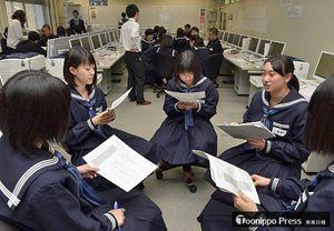 八戸市の課題解決に向けたアイデアを出し合う生徒たち