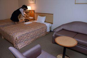 弘前市内のホテルの客室。新型コロナ感染拡大の影響で、宿泊のキャンセルが急増している=25日
