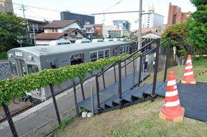 自由通路が設けられた弘南鉄道中央弘前駅。駅舎(中央奥)からホームの一部を通り、階段で緑地に接続されている=15日