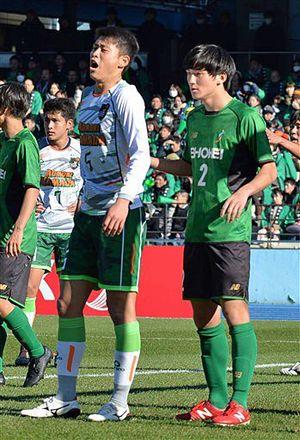 全国高校サッカー選手権の準々決勝、小学生の頃に同じチームだった青森山田の藤原選手(左手前)、昌平の西澤選手(右)=5日、川崎市等々力陸上競技場
