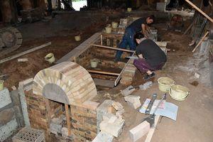 地下に埋め込む形で造成中の新しい「須恵器窯」=15日、五所川原市金山の津軽金山焼