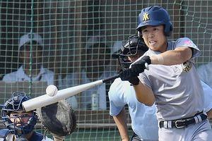 【決勝・青森山田-聖愛】9回表、青森山田1死三塁、伊藤が左中間に適時二塁打を放ち2-1と勝ち越す。捕手・神