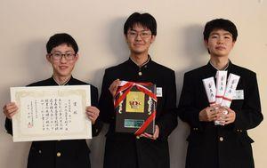 男子団体で優勝した八戸北Aの(左から)尾崎さん、遠山さん、久保田さん(撮影時のみマスクを外しています)