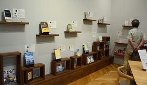 八戸ブックセンターで始まったギャラリー展「本で旅をしよう。」の展示の様子