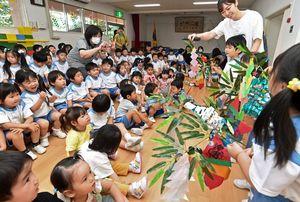 自分で作った七夕飾りを発表する園児たち=6日午前、青森市桜川2丁目