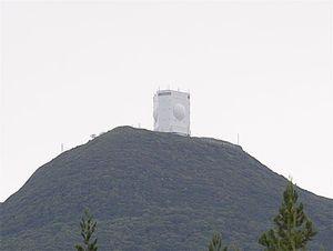 釜臥山山頂にある空自レーダーサイト=2017年8月、むつ市