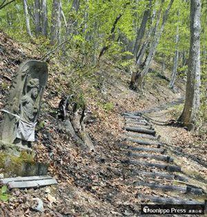 松倉神社までの登山道沿いには石仏が並ぶ=2017年4月撮影