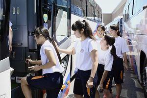 甲子園に向けバスに乗り込む応援隊の生徒たち=10日午前