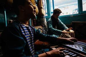 タリバンの政権掌握前の5月、楽器を演奏する人々=アフガニスタン・カブール(ゲッティ=共同)