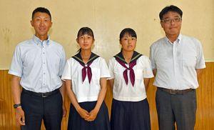 弘前学院聖愛野球部でマネジャーを務める原田監督(左)の娘・南七海さん(左から2人目)、太田部長(右)の娘・百合子さん(右から2人目)