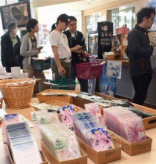 「桜ミク」グッズに列、弘前で先行販売