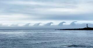 津軽海峡上に波のような形の雲