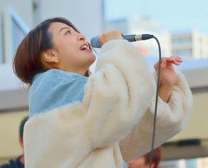都内の路上ライブで歌うjuriさん=昨年3月(本人提供)