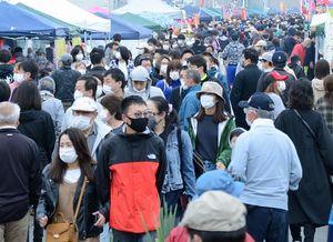 新型コロナウイルスの影響により開催を延期していた館鼻岸壁朝市。開催を待ちわびていた市民らでにぎわった=5日午前5時57分、八戸市
