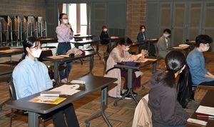 PRプロジェクトの説明を受ける学生たち=11日、弘前市民文化交流館