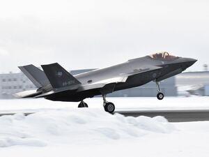 日本海上空の訓練空域に向け離陸するF35A=5日