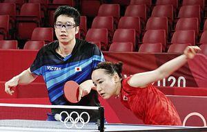公式練習で汗を流す卓球混合ダブルスの水谷隼(左)、伊藤美誠組=東京体育館(共同)