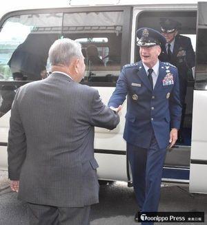 三沢市役所前で出迎えた種市市長(左)と握手するオショーネシィ司令官