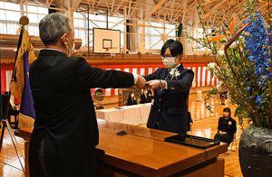 下川原校長(左)から卒業証書を受け取る大湊高校川内校舎の生徒=むつ市