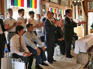 海水浴シーズンの安全を祈願する吉田町長(右端)ら(深浦町提供)