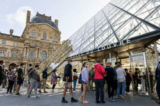パリのルーブル美術館、見学再開