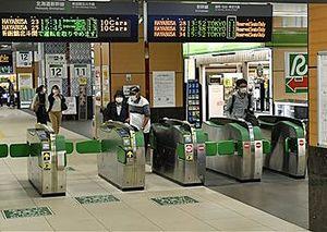JR新青森駅新幹線改札口。「いくらか人出が戻ってはきている」(同駅員)というが、感染拡大前の週末に比べれば「まだまだ」=30日午後