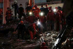 トルコ西部イズミル県の倒壊現場で続けられる救助活動=31日(ロイター=共同)