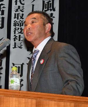 シンポジウムで意見発表する農事組合法人ガイアファームの長谷川代表監事