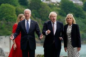 10日、英南西部コーンウォールでジョンソン英首相(右から2人目)夫妻の歓迎を受けるバイデン米大統領(左から2人目)とジル夫人(右端)(AP=共同)