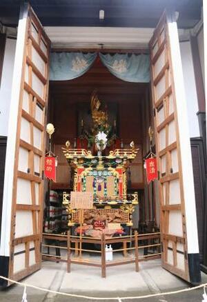2年ぶりに開催された「春の高山祭」で蔵の中でのお披露目となった屋台=14日、岐阜県高山市