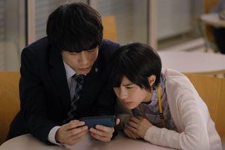 坂口健太郎&佐久間由衣が『ファイナルファンタジー』で大接近… 一緒にスマホを覗き込む場面写真が解禁