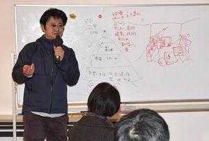 第1回市民説明会でVR作品制作に参加を呼び掛ける美術家・中崎さん=昨年12月26日