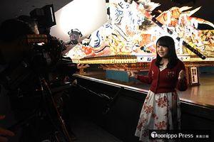 青森県のPR動画を撮影する三上さん(右)