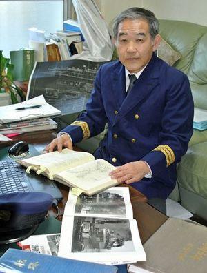 青函連絡船の歴史研究にいそしむ安田さん。大切に保管しているという1等航海士の制服を着用してもらった=埼玉県越谷市の自宅