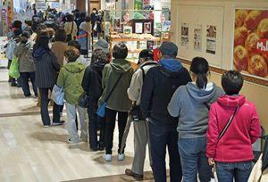 「スターズ・オン・アイス」のチケットを買い求め、列を作る客たち=18日午前、八戸市のラピア