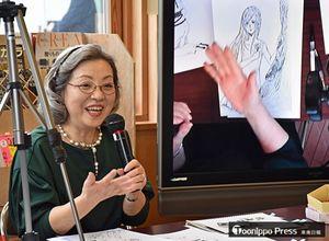 参加者の作品をモニターに映し出しながら、人物をうまく描くコツをアドバイスする竹宮さん