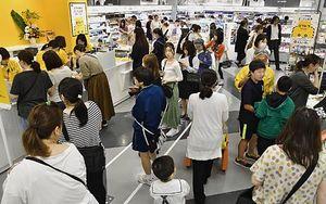 大勢の買い物客でにぎわう青森県初出店の「ロフト」=7日夕、青森市のイトーヨーカドー青森店