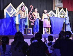 わらび座のミュージカルに拍手を送る藤聖母園の子どもたち