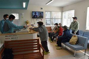 第2土曜日の診察に訪れた患者たち。受付は大竹整形外科の佐井村現地スタッフと、青森市からの運転手も務める事務員が担った=11日午後