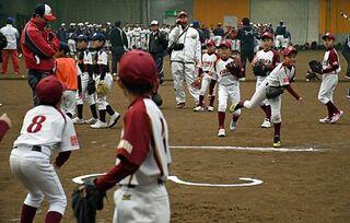 捕って投げて…18チームがキャッチボール競う