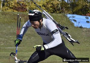 シーズン前の練習でトレーニングに精を出す立崎選手=2017年10月21日、札幌市内