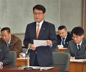 アンケートの実施を町議会に伝える野村町長(中)
