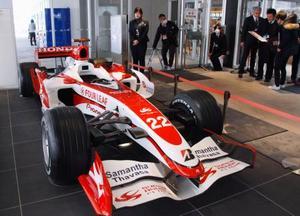 開業を控えた鈴鹿PAの商業施設「ピットスズカ」に展示されたF1カー=14日、三重県鈴鹿市