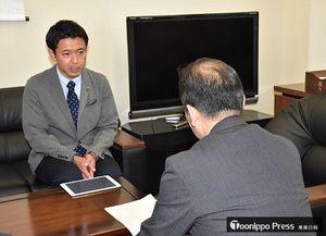 日下部長官(手前)に面会し、国の認識を問う宮下市長=5日、経済産業省