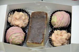 田舎館村のイチゴを使った洋菓子の新製品。ガトーショコラ(中央)とラムボール(左手前)、イチゴクランチチョコ(左奥)