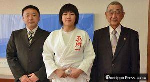 平山市長(右)に出場を報告した石岡さん(中)。左は蝦名教諭=五所川原市役所