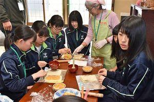 中村さんの畑で収穫したリンゴを使い、アップルパイ作りをする生徒