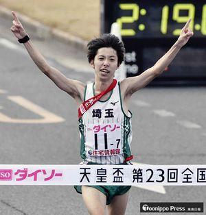 7区で逆転し、指を突き上げゴールする埼玉のアンカー・設楽悠太=広島・平和記念公園