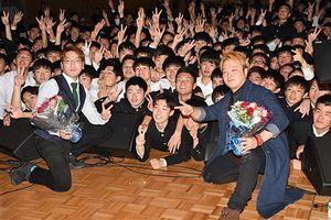 ライブ後、後輩たちと写真に納まるマニ☆ラバの2人