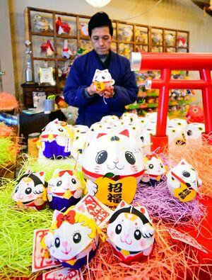 猫の日に合わせ津軽藩ねぷた村が販売する「津軽招き猫ねぷた」(中)。手前右は「みこにゃんねぷた」、同左が「キャサリンねぷた」